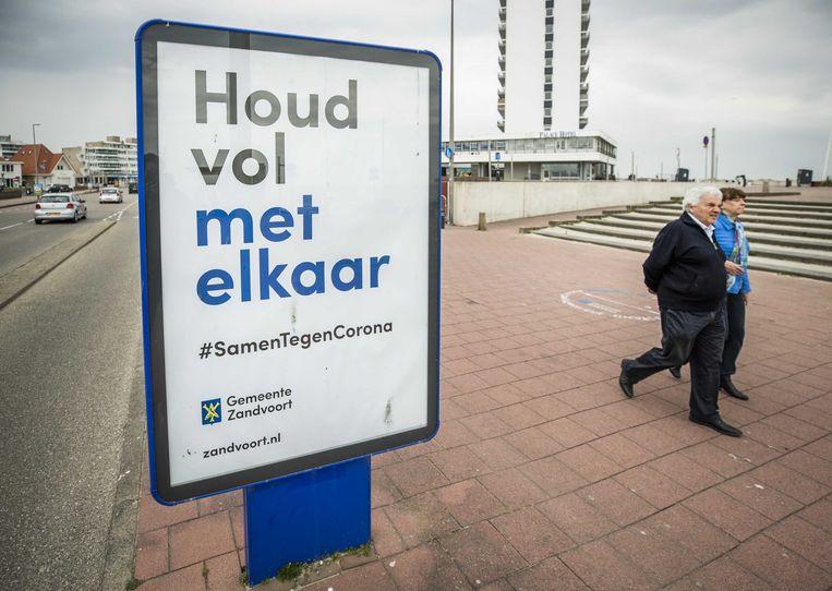 Een poster van de gemeente Zandvoort op de boulevard. Maar zelf hield de gemeenteraad het niet vol.  Beeld ANP