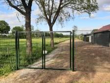 Wethouder Nijhof erkent fout gemeente Hellendoorn bij te snel plaatsen hekken aan Vroegeling