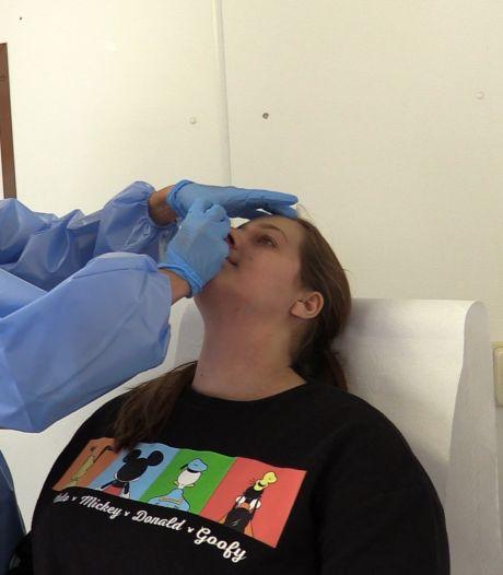 Drukte bij Nijmeegse teststraat: zo laat Sanne uit Beuningen zich testen op corona