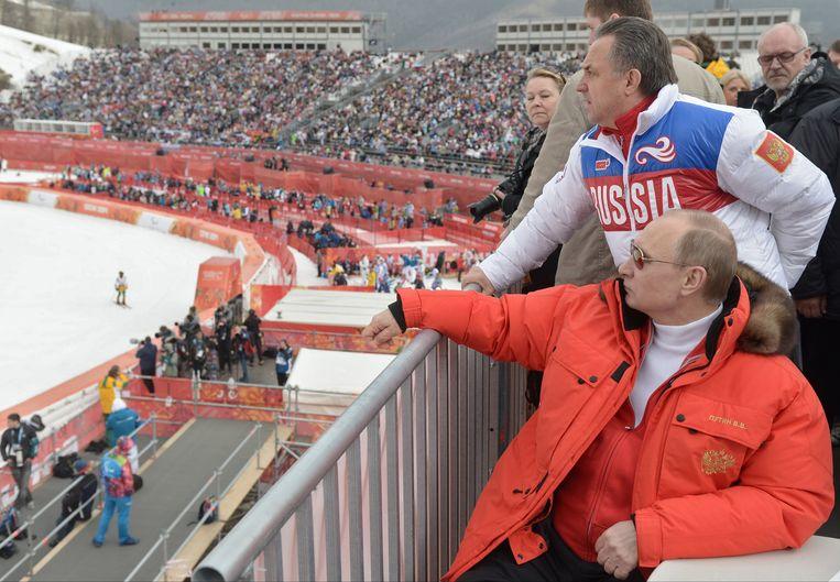 De Russische president Poetin en minister van Sport Moetko (staand) kijken toe tijdens de Olympische Winterspelen van 2012. Beeld ap