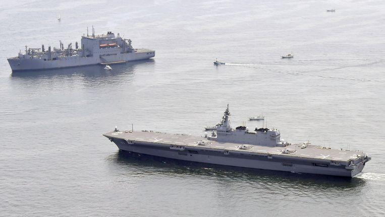 De helikoptercarrier Izumo verlaat de haven van Yokosuka, Japan