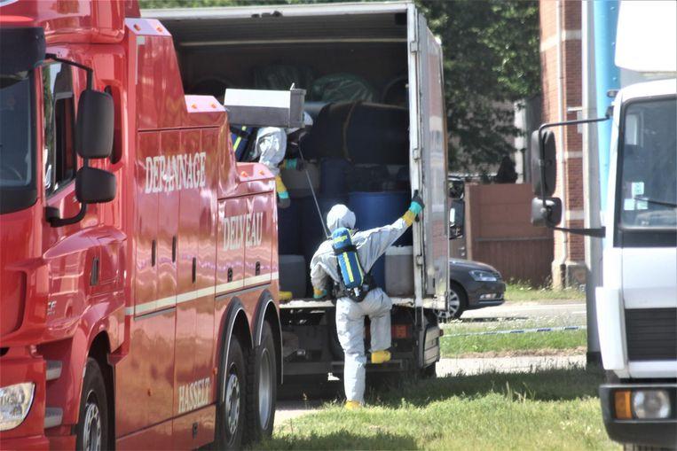Een gaspakkenteam van de brandweer haalt de tot aan de nok gevulde truck leeg.