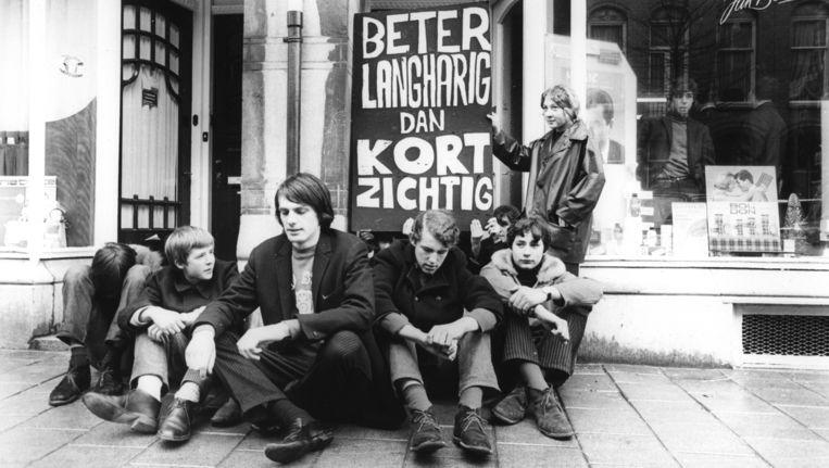 27 februari 1966: Provo-jongeren, onder wie Peter J.Muller (middenvoor), protesteren in Amsterdam bij een kapper die langharigen als klant weigert. Beeld null