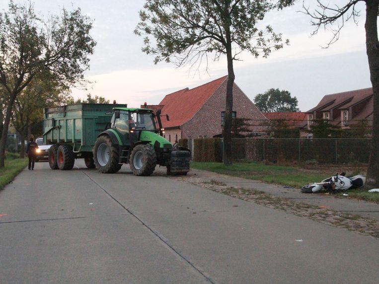 De vader met dochtertje botsten met de motor tegen een tractor.
