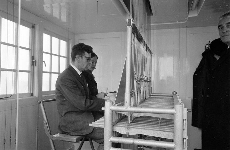 Beiaardier Jan Albers speelt op het carillon van het Koninklijk Palais op de Dam.  Beeld Hollandse Hoogte /  ANP