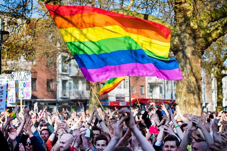 Deelnemers tijdens een demonstratie tegen homogeweld ingegeven door de mishandeling van een homokoppel in Arnhem. Beeld anp