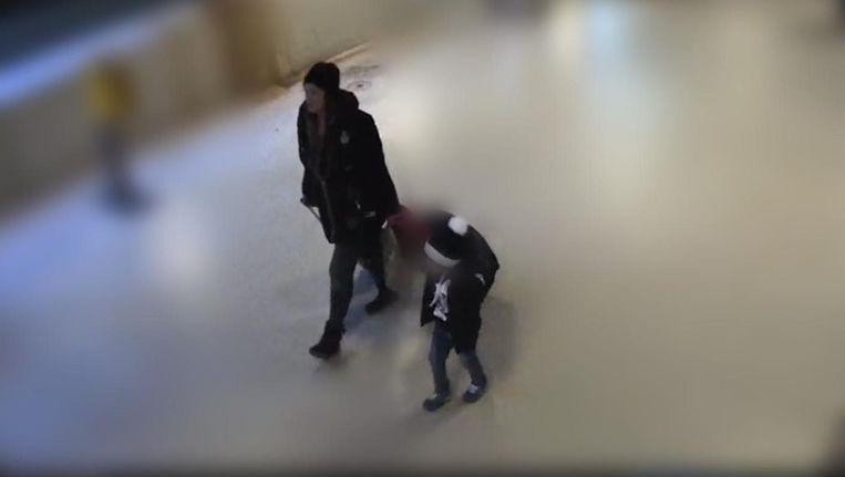 Met behulp van camerabeelden kon de moeder van het jongetje worden gevonden. Beeld  Politie Amsterdam