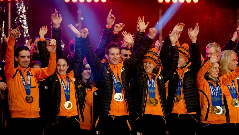Het Olympisch team, met onder meer (VLNR) Bob de Jong, Marit Leenstra, Jan Blokhuijsen, Lotte van Beek, Jorien ter Mors, Ireen Wust, Koen Verweij en Nicolien Sauerbreij, werden gehuldigd op een podium in de binnenstad van Assen na de Spelen in Sotsji. Beeld anp