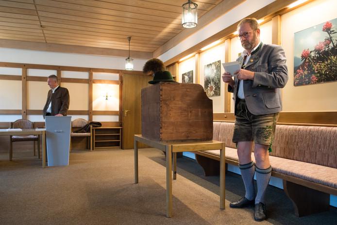 Een man brengt zijn stem uit in Bayrischzell.