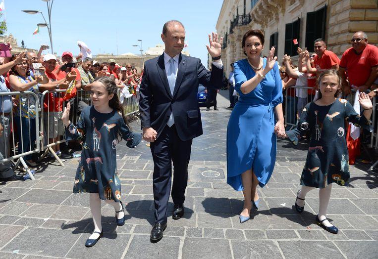 Premier Joseph Muscat met zijn vrouw Michelle en hun dochters . Beeld AFP