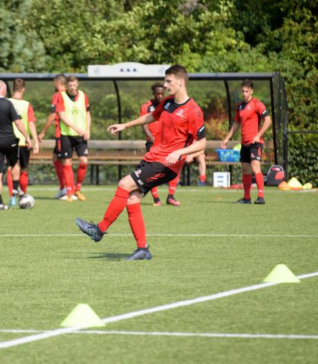 Nick de Louw tekent contract bij Helmond Sport: 'Dit is waar ik het al elf jaar voor doe'