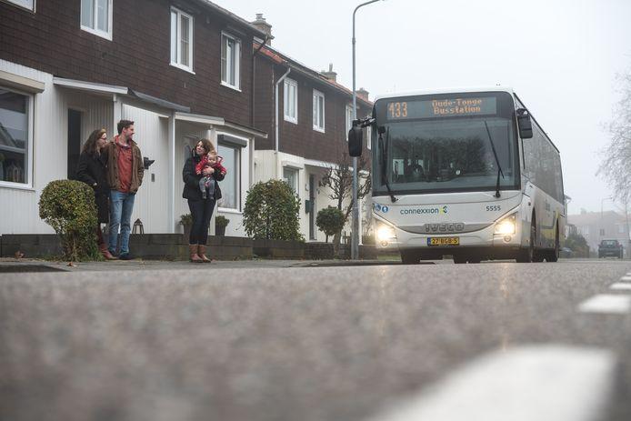 Jorien Steenpoorte met de kleine Thijs in haar handen praat met Björn en Daphne Kerkhof in de Sandströmstraat.