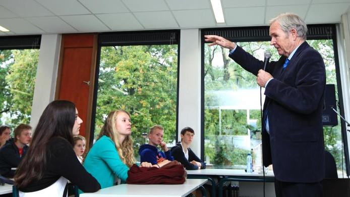 Jan Terlouw geeft gastles op zijn oude school. foto Tamara Reijers
