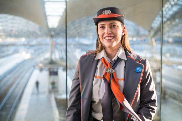 De huidige uniformen, grijs met oranje, zullen gerecycleerd worden.