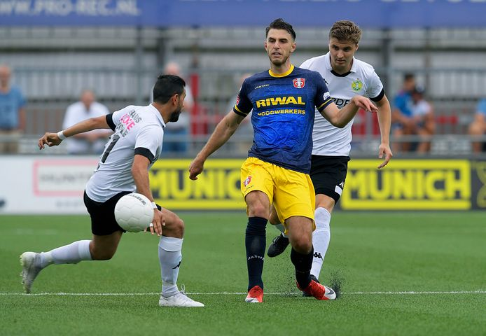 Proefspeler Özgür Aktas van FC Dordrecht houdt zich staande tussen Ismail Yildirim (links) en Daniël Wissel van ASWH.
