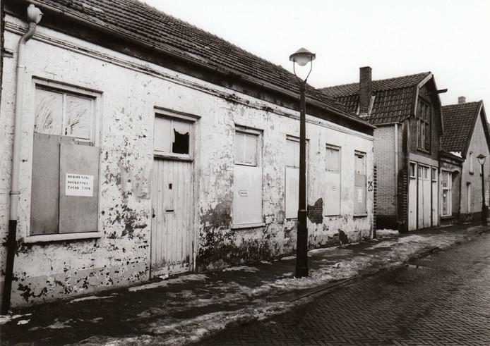 In 1985 was de Bergstraat in Eindhoven nog lang niet het gezellige en sfeervolle winkelstraatje dat het tegenwoordig is. Op de plek van dit oude, vervallen pand staat nu een winkel- en appartementencomplex.