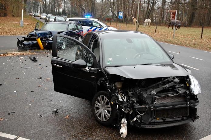 Beide voertuigen liepen flinke schade op en moesten worden weggesleept.