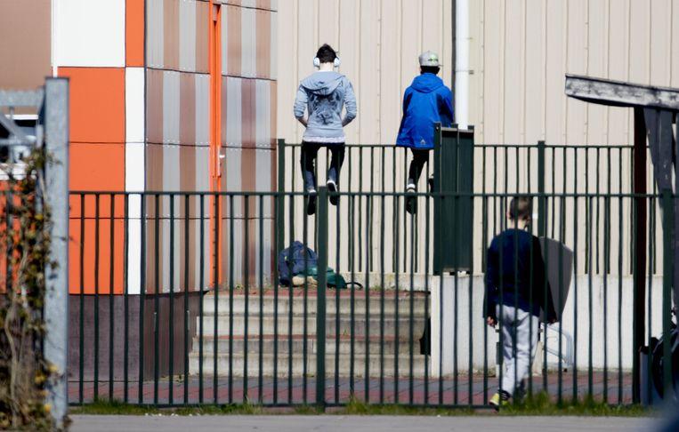 Vluchtelingen bij opvangcentrum Ter Apel Beeld anp