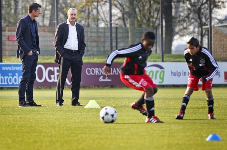 Wim Jonk en Johan Cruijff in 201 bij een training van de Ajax-jeugd op sportpark de Toekomst. Beeld ANP