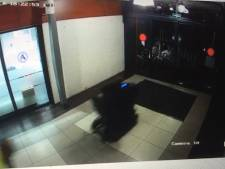 Bizar: man in scootmobiel ramt pui winkelcentrum eruit