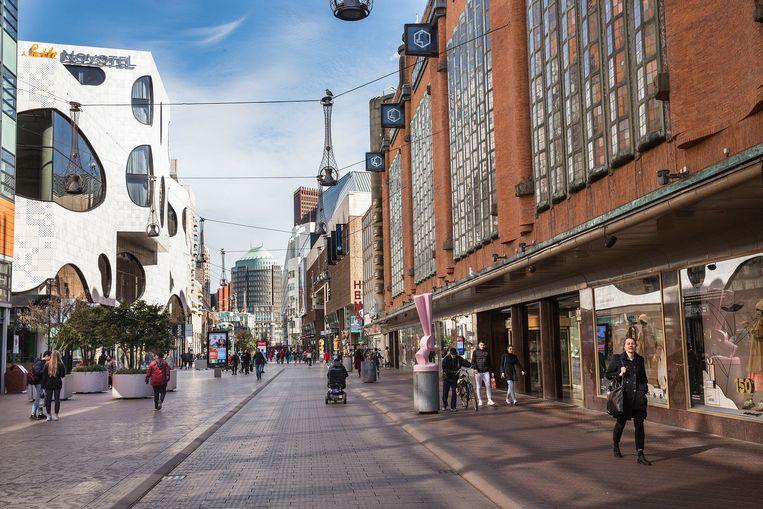 De normaal drukke Haagse winkelstraat bij de gesloten Bijenkorf is nu erg rustig vanwege het coronavirus.  Beeld null