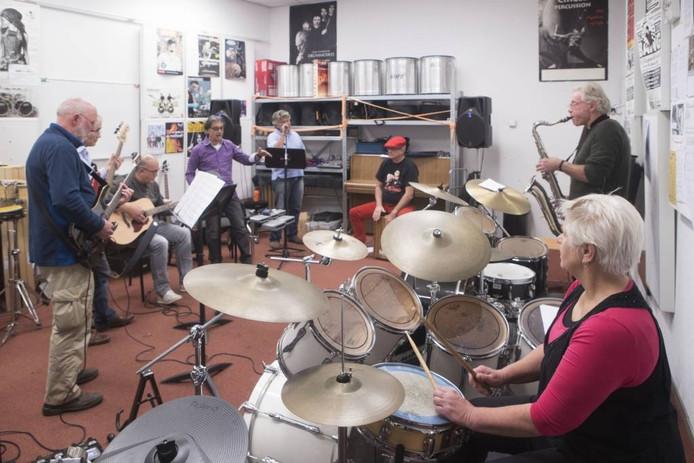 Jong Belegen, zes man en één vrouw sterk, oefent in Cultura onder leiding van docent Rob Halewijn (paarse blouse).