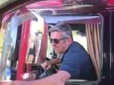 Chauffeur die 'bakske koffie' doorgeeft tijdens rijden op A73: 'Hoop ophef om helemaal niks'