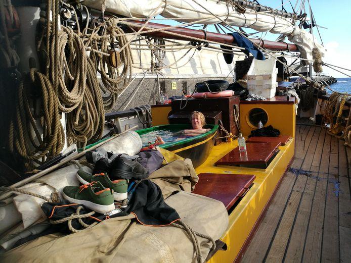 Kapitein Wiebe Radstake van de Tres Hombres in bad op het dek
