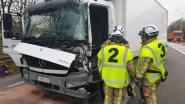 Vrachtwagenchauffeur gekneld na botsing op brug over E34