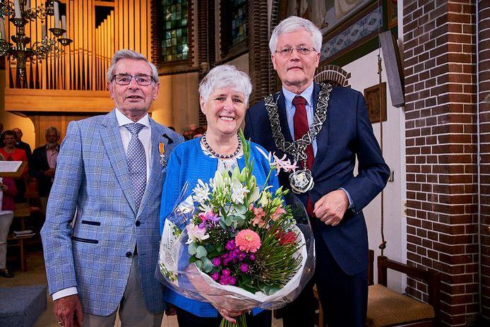 Peter Maas kreeg de onderscheiding uit handen van burgemeester Theo Weterings.