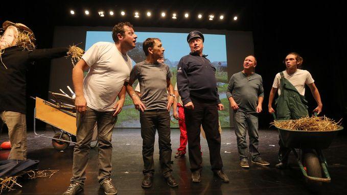 D'Ostendsche Revue staat op de planken met 'Doe moa geweune wi!'