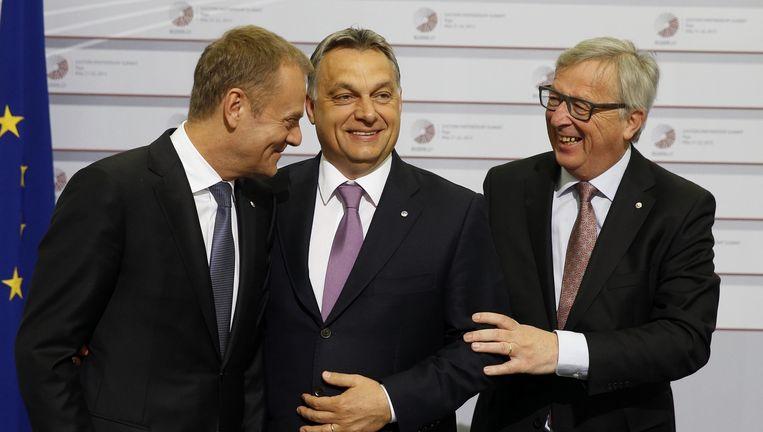 Europese Commissie-voorzitter Jean-Claude Juncker (rechts), EU-president Donald Tusk (left)en Hongaarse minister-president Viktor Orban. Beeld ap