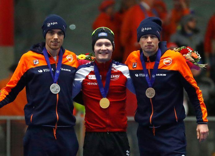 Sverre Lunde Pedersen, Patrick Roest (links) en Sven Kramer (rechts) op het podium van de 5000 meter.