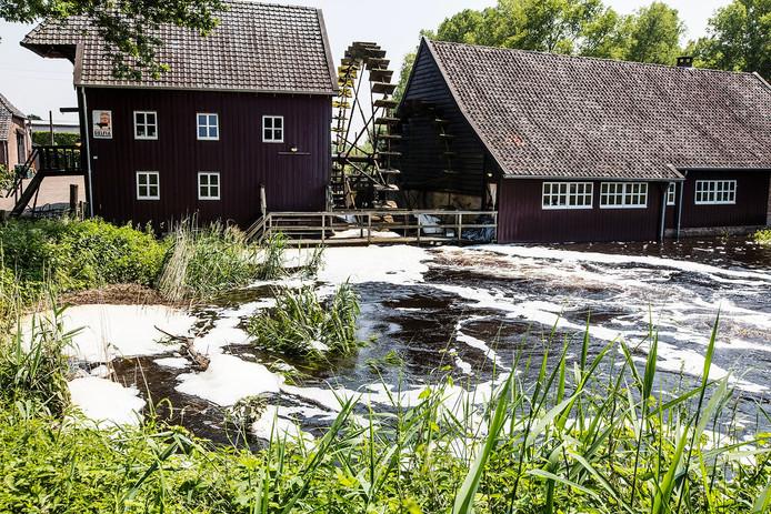 Hoog water bij de Opwettense Watermolen in Nuenen