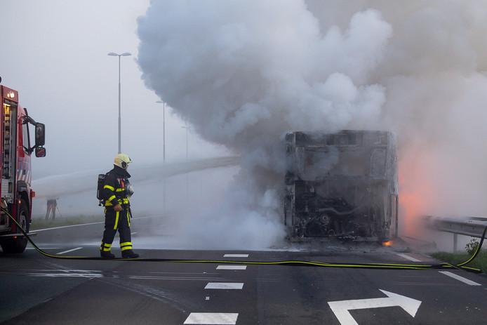 Een stadsbus brandde uit in Tilburg.