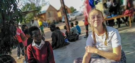 Leerdamse Fleur (21) na stage in Zuid-Afrika: 'Glimlachen naar een kind doet al zoveel'