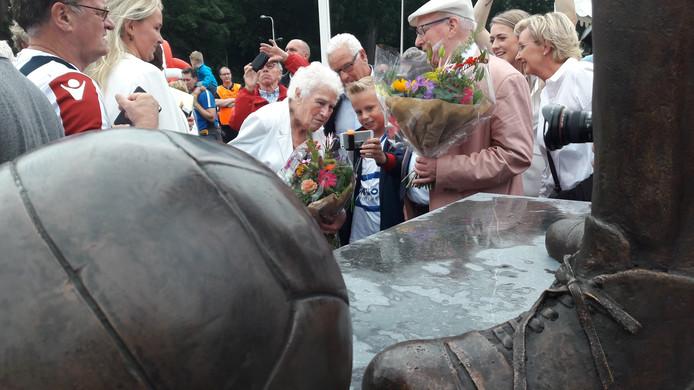 Louisa van Roessel, bijna 91, aan de voeten van haar man Jan en zijn bal.