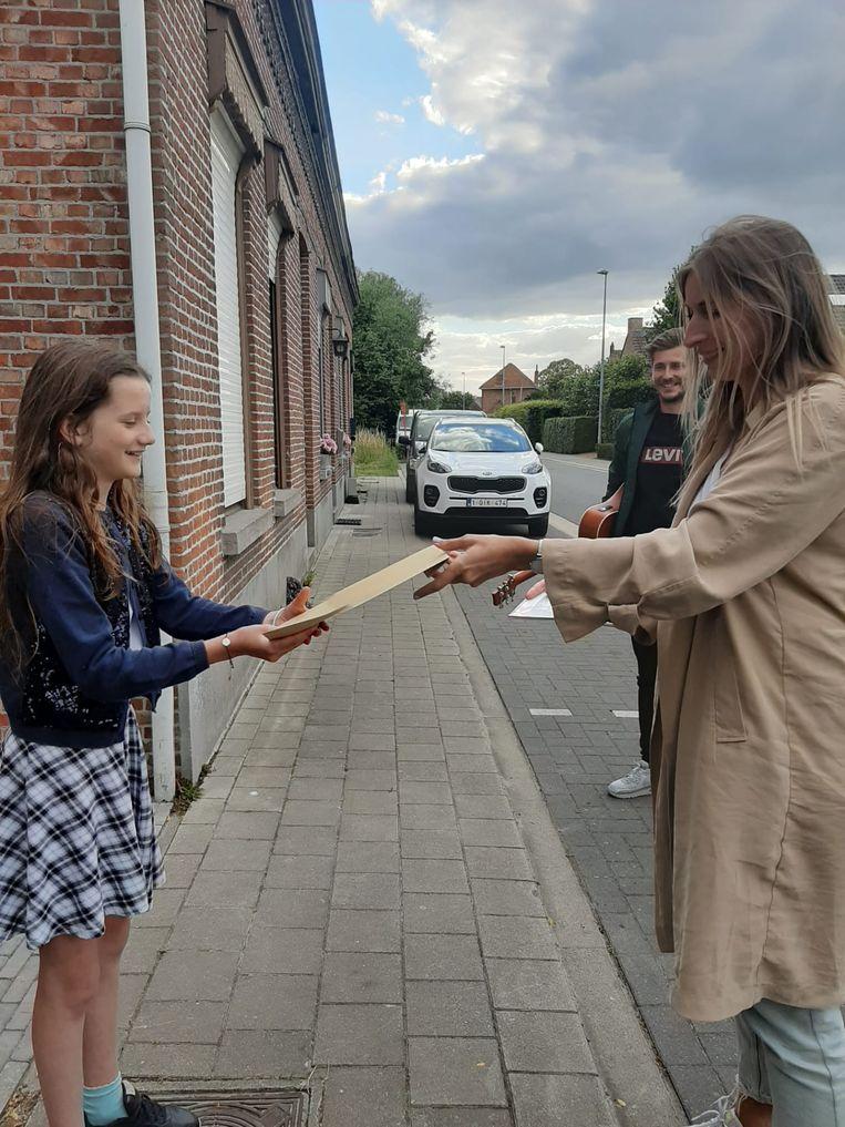 De leerlingen van het zesde leerjaar van het Spijker in Hoogstraten kregen een zingende directeur en leerkrachten aan de deur. Kaat Huijbrechts was alvast héél verrast.