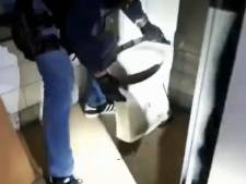 Politie toont hoe ze een volledige hennepkwekerij onder het toilet vindt