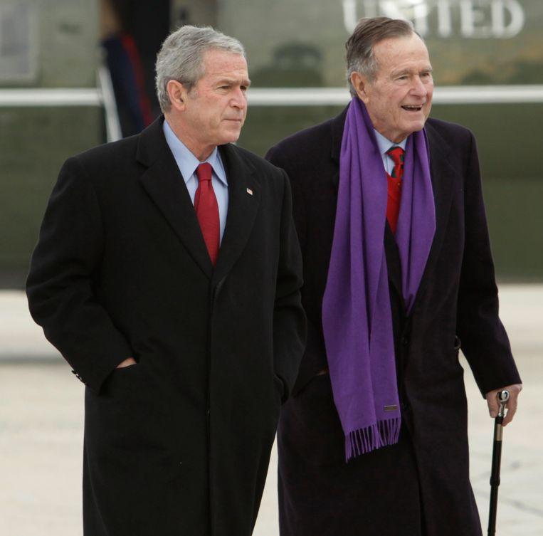 George W. Bush met zijn vader George H.W. Bush in 2008.