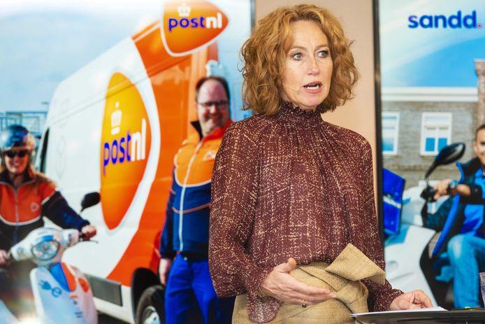 Directeur Herna Verhagen van PostNL tijdens een presentatie over de voorgenomen samenvoeging van de postnetwerken van PostNL en Sandd.