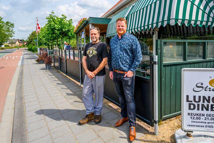 Wethouder Thomas Melisse (r) bij horeca-man Vincent van den Broek van Café Stroop. Ook hij is zwaar gedupeerd door de coronacrisis. (de foto is vorig jaar zomer gemaakt)