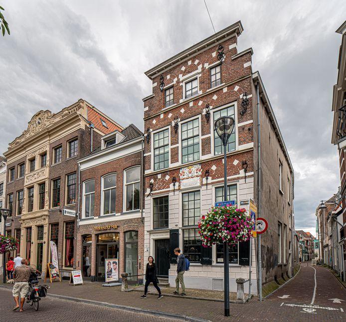 Museum Het Vrouwenhuis aan de Melkmarkt gaat anderhalf jaar dicht vanwege een renovatie. De kleur van de voorgevel wordt in ere hersteld en krijgt de oorspronkelijke zandkleur terug.