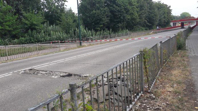 Ook zondag is de weg nog afgesloten.