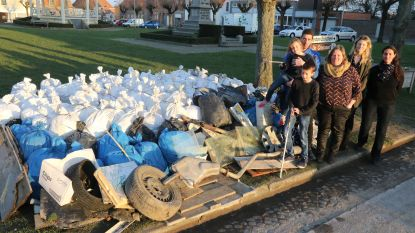 Sylvie Knockaert, postbode uit Westouter, ruimt samen met andere vrijwilligers zwerfvuil op