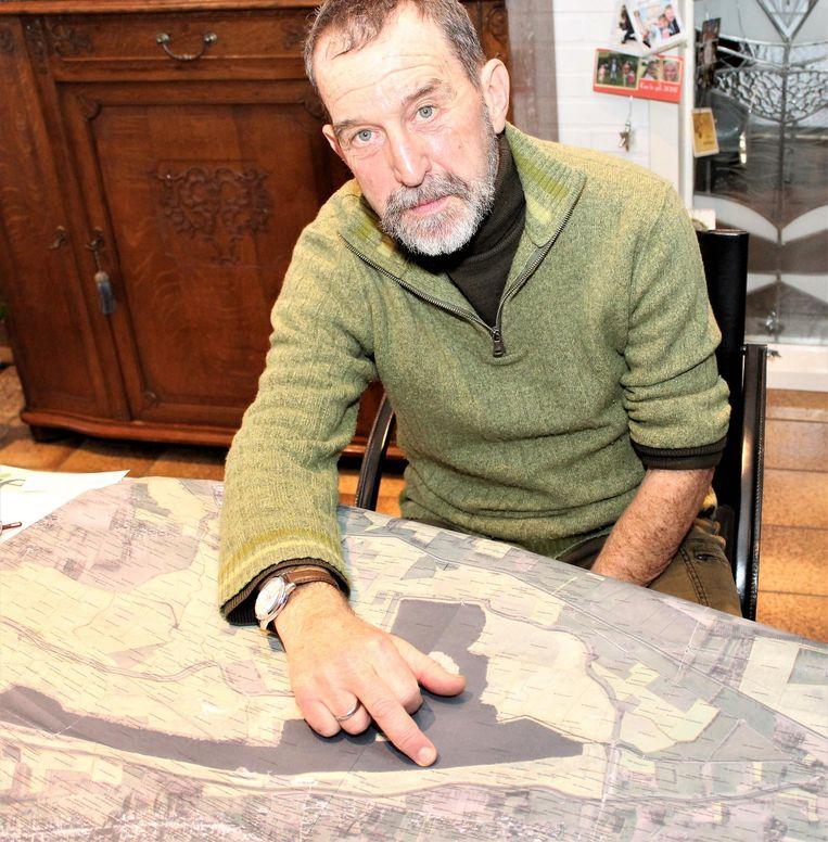 Getuige Piet Rymen toont op de kaart waar hij de visser uit het water hielp en begon met de reanimatie.