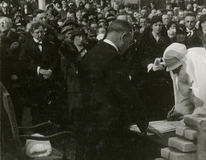 Arie van den Bosch (links) bij het leggen van de eerste steen van de Oranjekerk door Koningin Wilhelmina op 16 maart 1935.