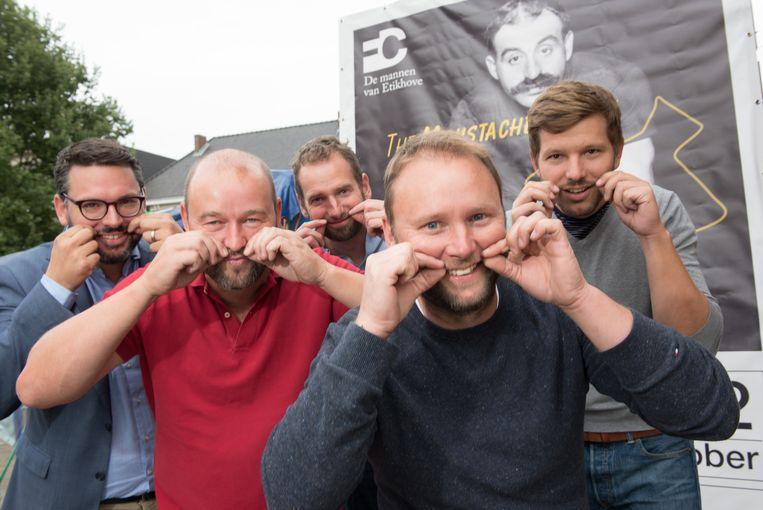 De deelnemers van de snorrenkoers worden aan de streep verwacht mét knevel.