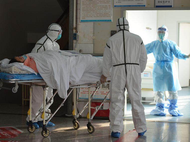 Een patiënt, vermoedelijk besmet met het nieuwe coronavirus, wordt in quarantaine geplaatst in Wuhan.