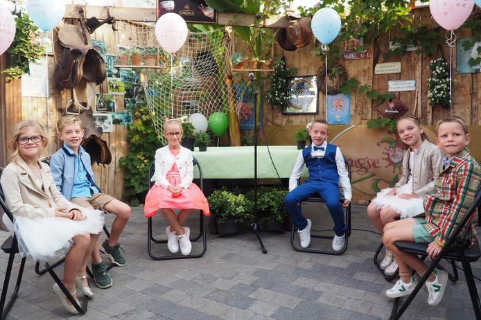 De eerste communie van Stella, Lotte, Fay, Xander, Jules en Leon zal hun dankzij de unieke locatie op het terras van café Roste Mon zonder twijfel nog beter bijblijven.